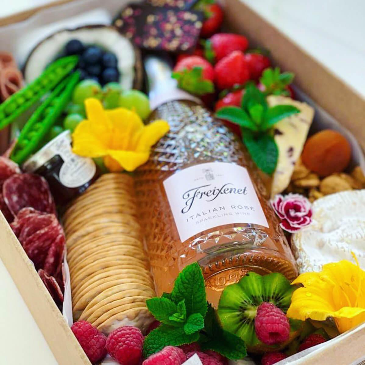 Productos frescos gourmet y botella de sparkling wine